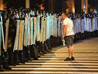 Протестующий говорит с полицией во время митинга в Минске