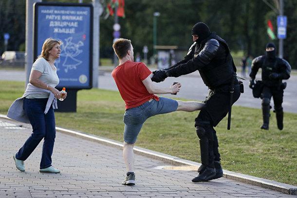 Сотрудник милиции во время задержания демонстранта в Минске