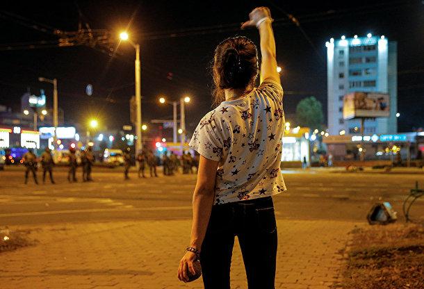 Девушка во время акции протеста в Минске