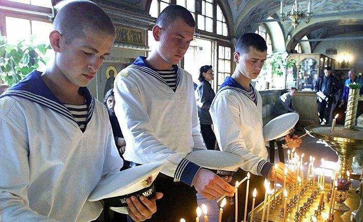 23 августа 2000. Российские моряки ставят свечи в память о погибших членах экипажа подводной лодки «Курск»
