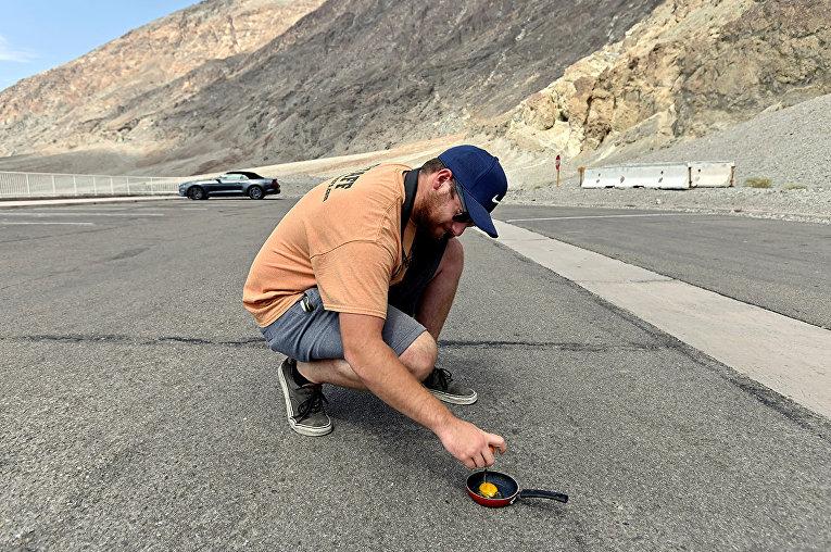 Мужчина пытается пожарить яйцо в Национальном парке Долины Смерти