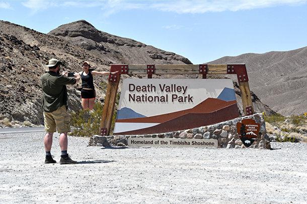 Туристы у входа в национальный парк Долины Смерти