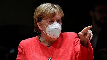 Ангела Меркель в маске на международной встрече