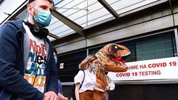 Пассажиры перед экспресс-тестированием наCOVID-19в международном аэропорту «Внуково»