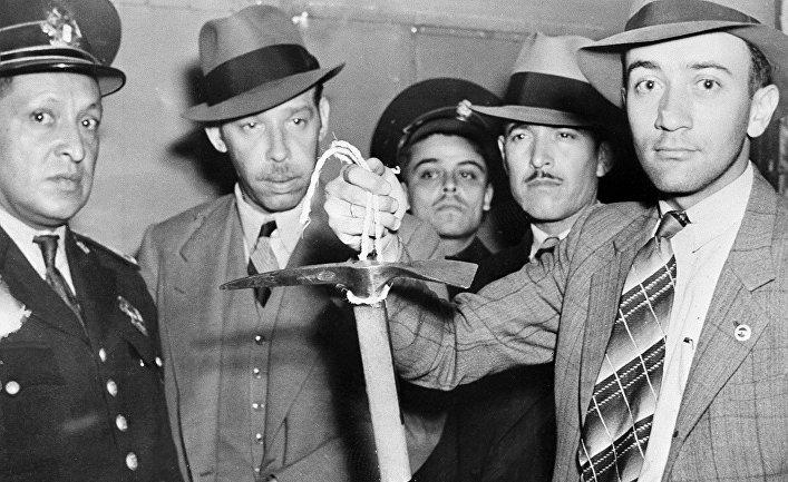 Ледоруб, которым был убит Лев Троцкий в руках полиции в Мехико