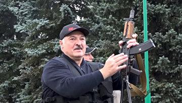 Президент Белоруссии Александр Лукашенко возле Дворца Независимости в Минске