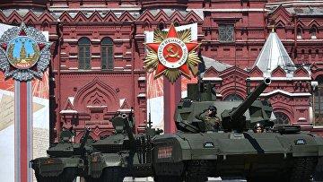 """Танк Т-14 """"Армата"""" (на первом плане) во время парада в ознаменование 75-летия Победы в Великой Отечественной войне"""