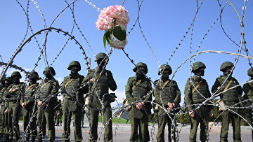 Сотрудники правоохранительных органов во время акции протеста оппозиции в Минске