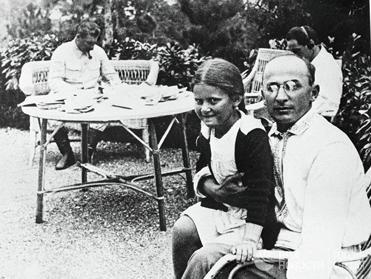 Л. Берия, И. Сталин и Светлана Сталина