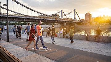 Люди наслаждаются теплой погодой в Москве