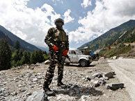 Индийский военный у контрольно-пропускного пункта