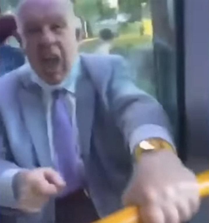 Пенсионера, выкрикивающего расисткие оскорбления побили в лондонском автобусе