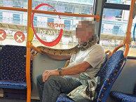 Мужчина носит любимую змею вместо маски для лица