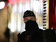 Сотрудник полиции на улице в Стокгольме, Швеция