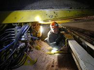 Шахтер работает накомбайне подобыче руды влаве наруднике 4-го рудоуправления производителя калийных минеральных удобрений ОАО «Беларуськалий».