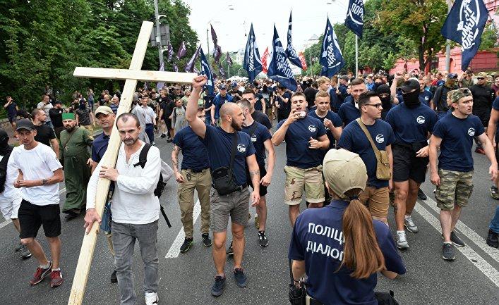 Участники акции протеста против ЛГБТ-парада в Киеве.