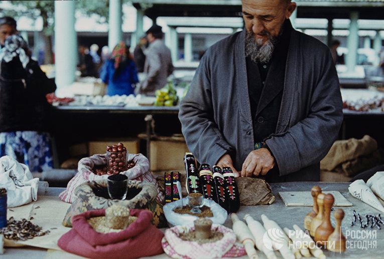 Торговец специями на колхозном рынке Бишкека