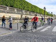 Велосипедисты на площади Согласия в Париже
