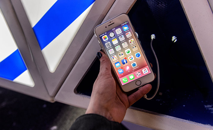 Мобильный телефон на зарядке