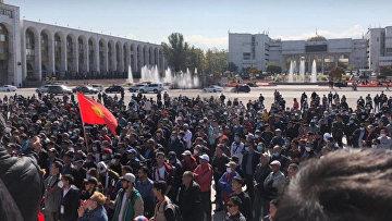 В Киргизии захвачен парламент и освобожден экс-президент Атамбаев