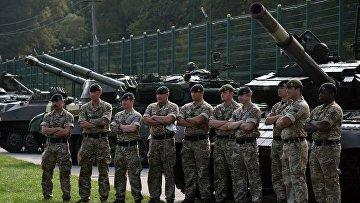 Военнослужащие Великобритании после церемонии открытия совместных военных учений Украины и стран НАТО Rapid Trident-2020 на Яворовском полигоне во Львовской области