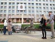 Люди несут цветы к месту самосожжения журналистки И. Славиной