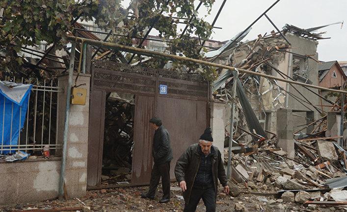 Жители Степанакерта осматривают дом, разрушенный после обстрела