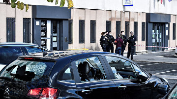 Разбитые стекла автомобиля возле полицейского участка Шампиньи-сюр-Марн