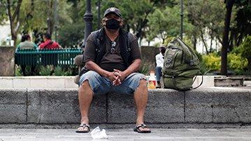 Мужчина отдыхает на одной из улиц Мехико