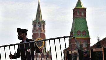 Сотрудник полиции в защитной маске на Красной площади в Москве