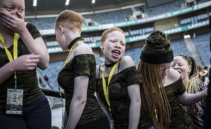Артисты во время празднования национального дня молодежи на стадионе Орландо в Соуэто, ЮАР
