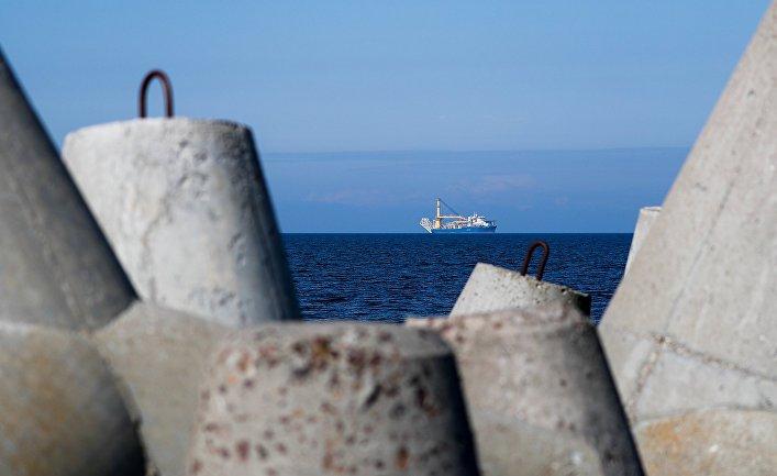 Российское краново-монтажное трубоукладочное судно «Академик Черский», способное завершить строительство газопровода «Северный поток— 2»