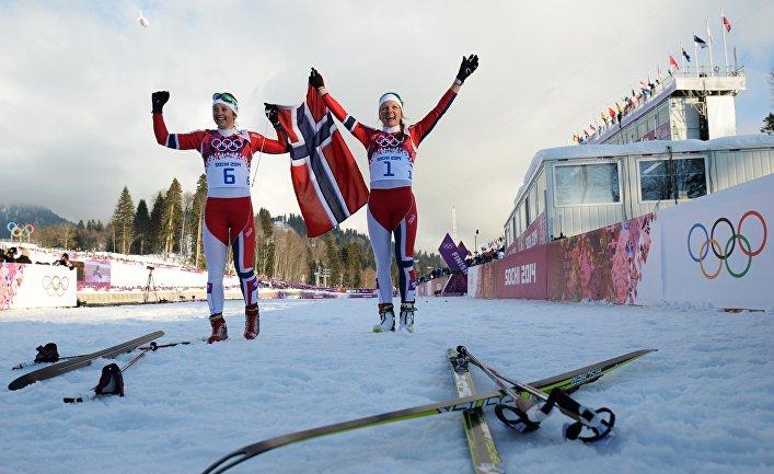 Ингвильд Флугстад Эстберг (Норвегия) и Майкен Касперсен Фалла (Норвегия) после финиша финального забега индивидуального спринта в соревнованиях по лыжным гонкам среди женщин на XXII зимних Олимпийских играх в Сочи.