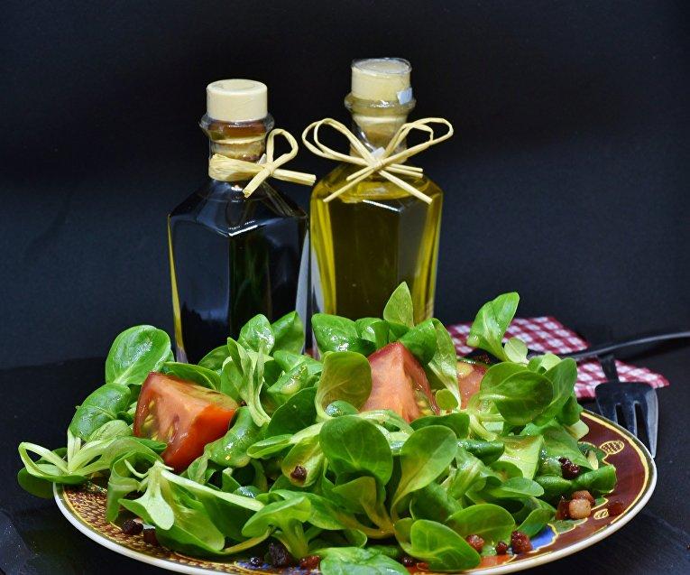 Уксус и тарелка салата