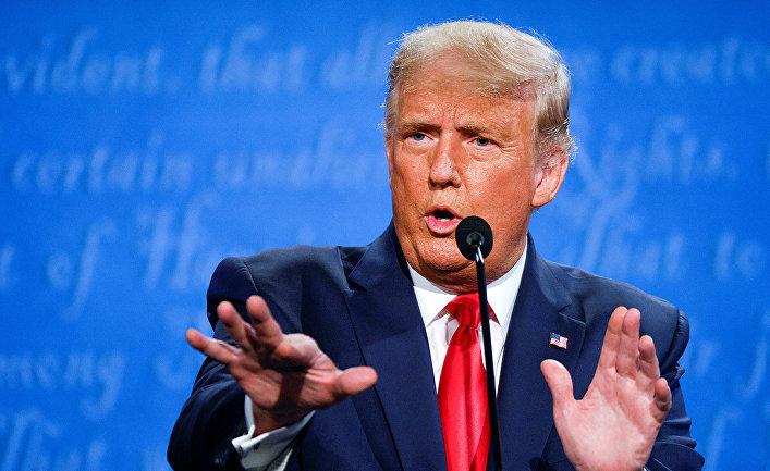 Президент США Дональд Трамп во время дебатов