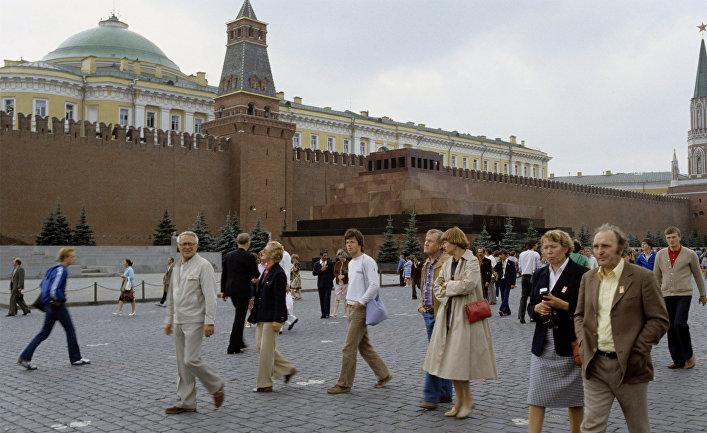 Гости XXII Олимпийских игр - туристы из ФРГ на Красной площади
