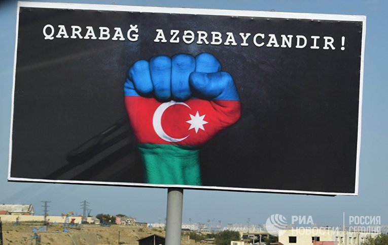 Щит с надписью «Карабах – это Азербайджан!» в Баку