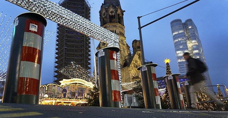 18 декабря 2018. Ограждение вокруг места атаки террориста на посетителей рождественской ярмарки на Брайтшайдплатц, Берлин, Германия