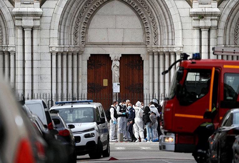 Судмедэксперты на месте нападения на церковь Нотр-Дам в Ницце