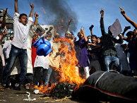 30 октября 2020. Мусульмане в Дакке, Бангладеш, сжигают чучело, изображающее президента Франции Эммануэля Макрона