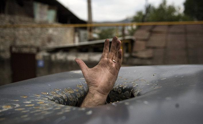 Пробоина в крыше автомобиля, появившаяся в результате обстрелов Степанакерта в Нагорном Карабахе
