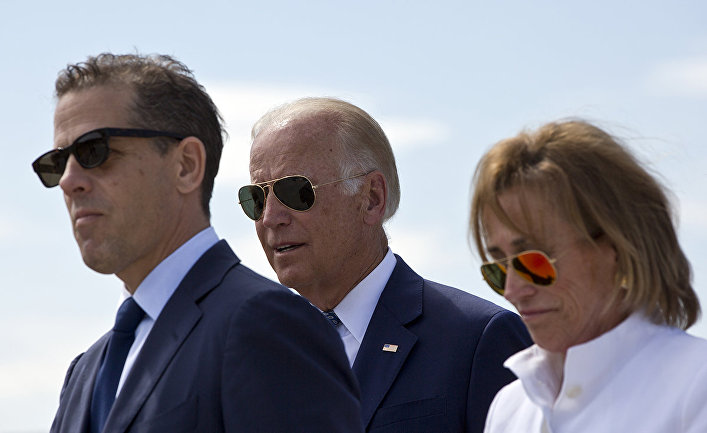 Джо Байден, Хантер Байден и Валери Байден во время церемонии в Сараево, Косово