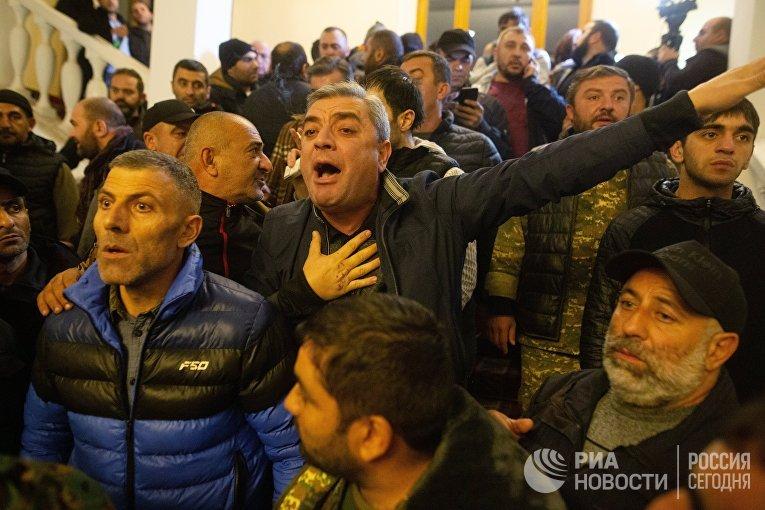 Участники акции протеста в одном из залов в здании парламента Армении в Ереване