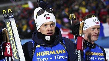 Спортсмены норвежской команды Тарьей Бё (слева) и Йоханнес Тиннес Бё, занявшие первое место в эстафете среди мужчин на первом этапе Кубка мира по биатлону сезона 2019/2020 в шведском Эстерсунде