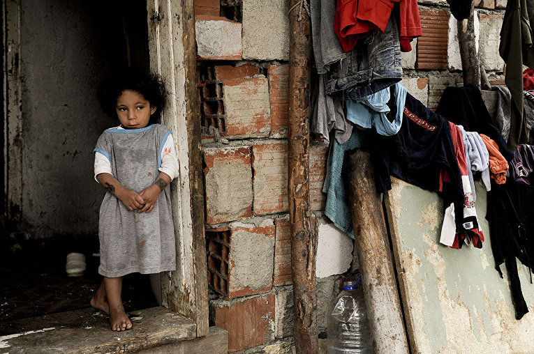 Девочка из народности Ашкали в деревне Дубрава, Сербия