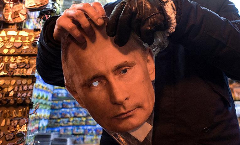 Маска в сувенирном киоске в Санкт-Петербурге