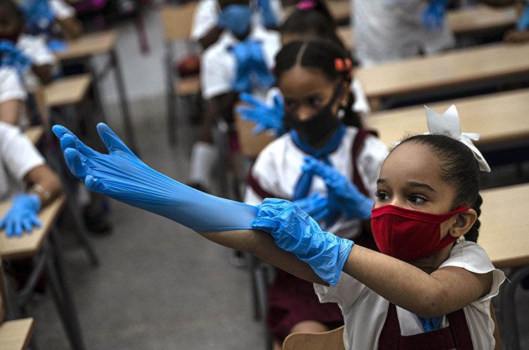 Ученики в защитных перчатках в Гаване