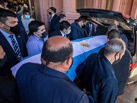 Гроб с телом Диего Марадоны в Буэнос-Айресе, Аргентина