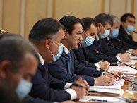Рустам Эмомали в Москве говорит с группой российских официальных лиц