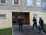 1 декабря 2020. Сотрудники полиции входят в дом на юге Стокгольма, где женщина 28 лет держала взаперти сына